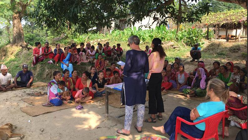 De Blå damer på besøg i landsbyerne