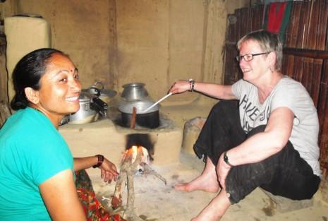 Thara og Inger hjælpes ad med at lave mad