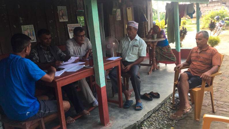 Landsbyboerne holder møde med Madis borgmester
