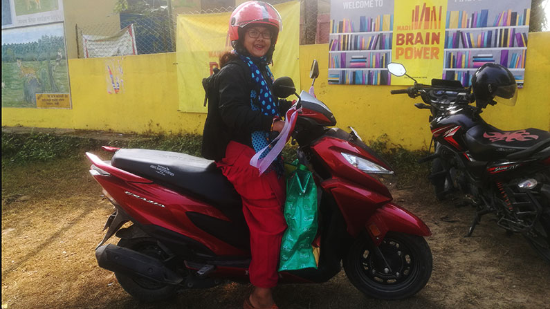 Menuka med sin nye scooter. Jysk landsbyudvikling i Nepal